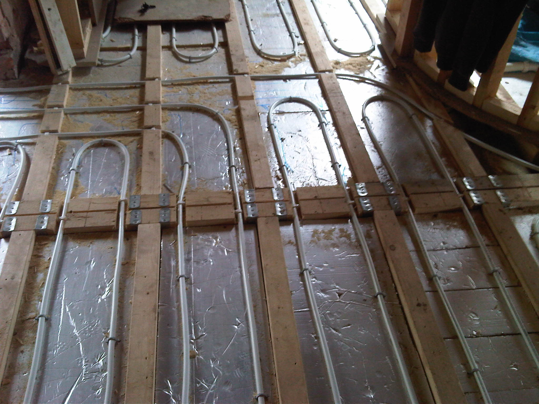 Uponor underfloor heating pipes laid within joists before a biscuit screed la. & Index of /bin/gallery/heating/